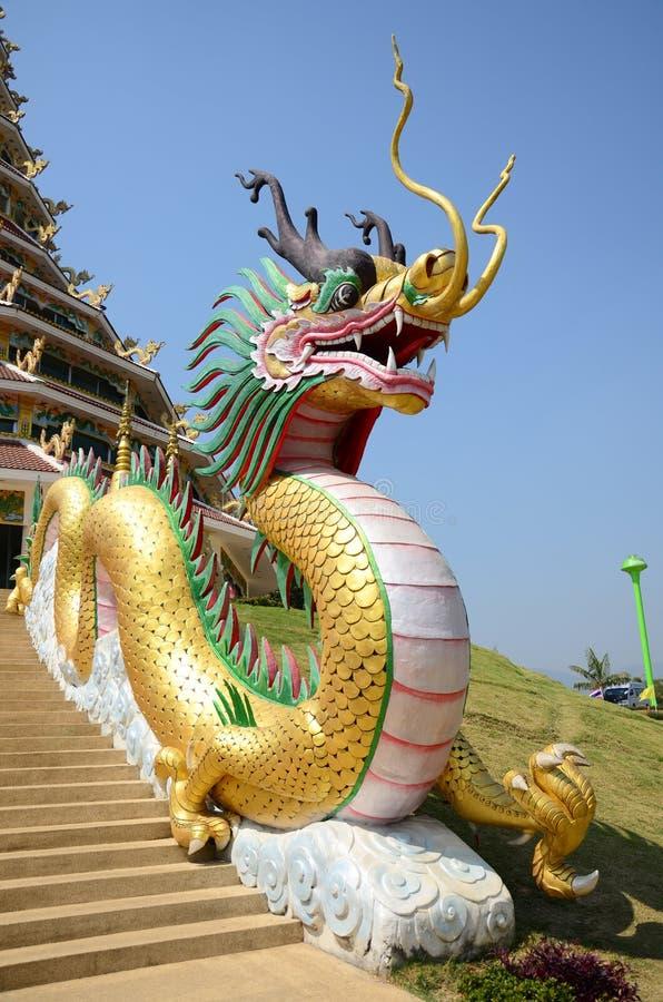 Drake på ingången av Chedi av Wat Huay Pla Kang Temple i Chiangrai, Thailand fotografering för bildbyråer