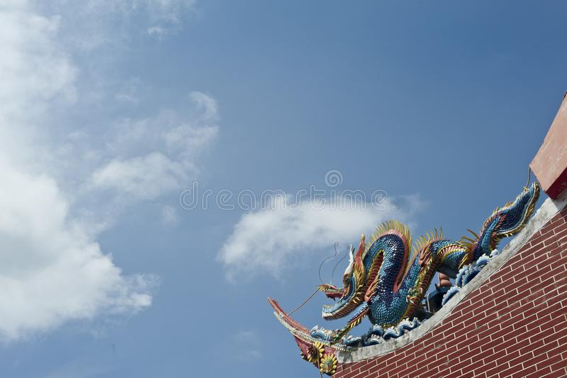 Drake som bevakar taket av en kinesisk tempel royaltyfri bild