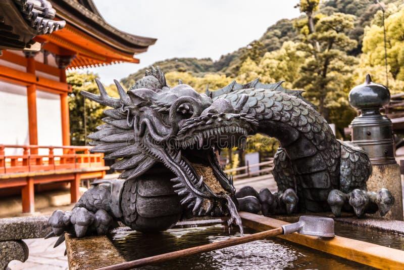 Drakeförmyndare av vattnet av den Kiyomizu deraen arkivbild