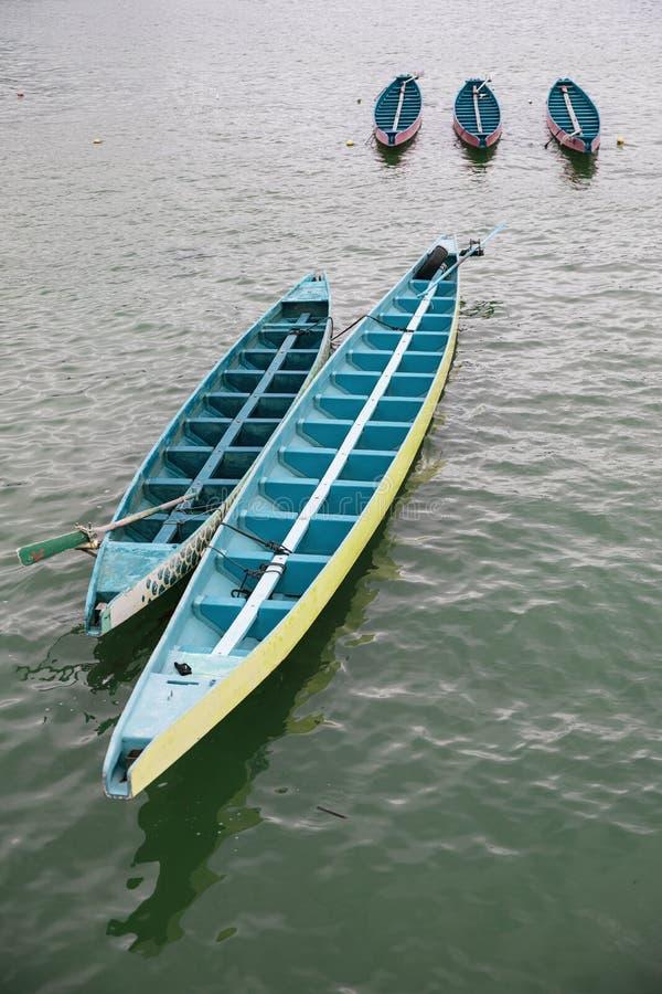 Drakefartyg som parkeras nära kust arkivfoto