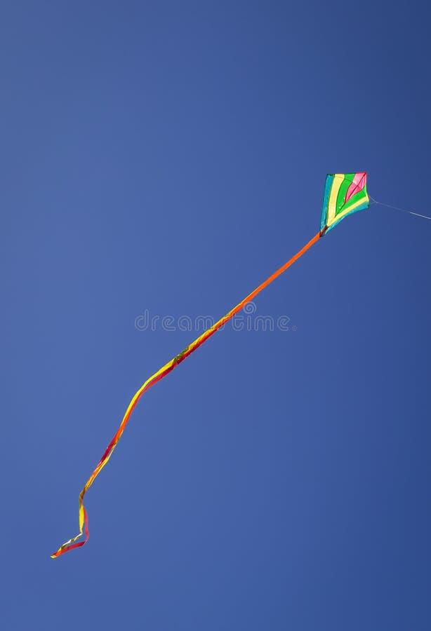 Drakeflyg mot på blå himmel royaltyfria bilder