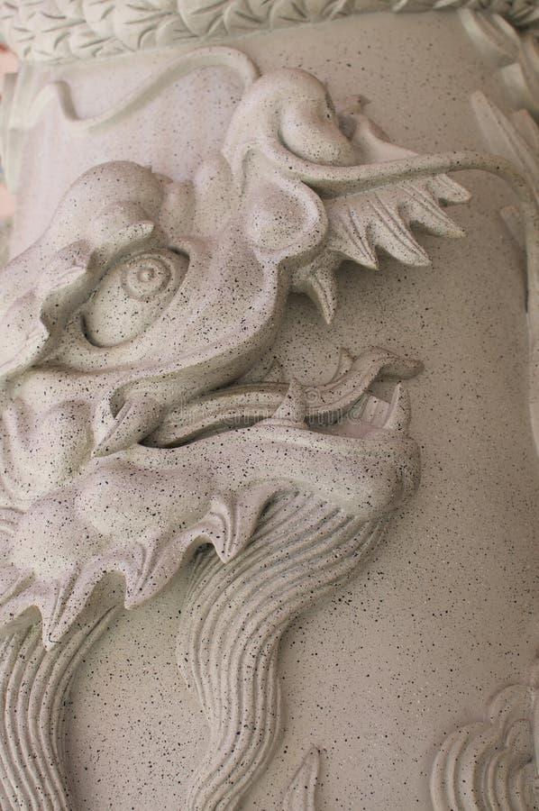 Drakegarnering på stenkolonn av den Thean Hou templet royaltyfri bild