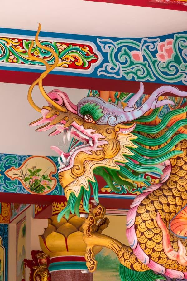 Drakehuvudskulptur på väggen av den thailändska templet royaltyfri bild
