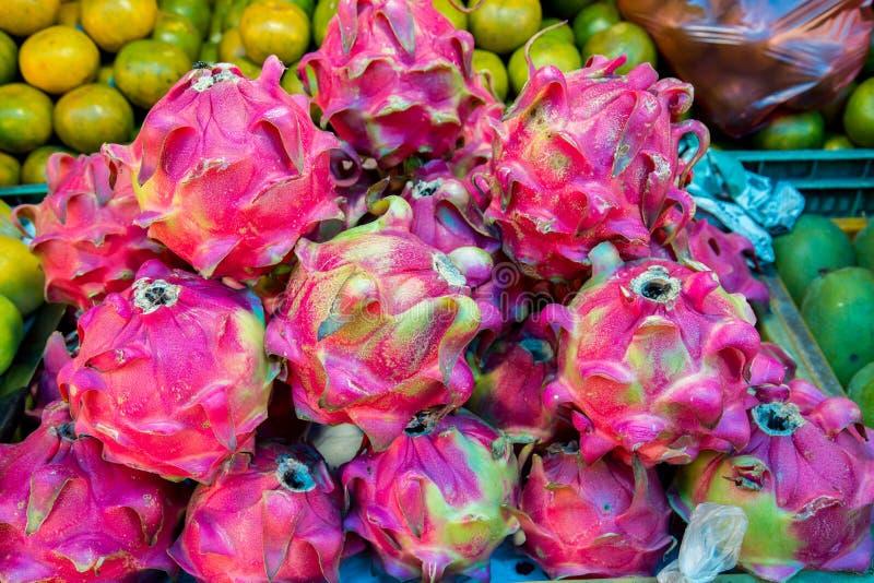 Draken bär frukt i en stal marknad arkivfoto