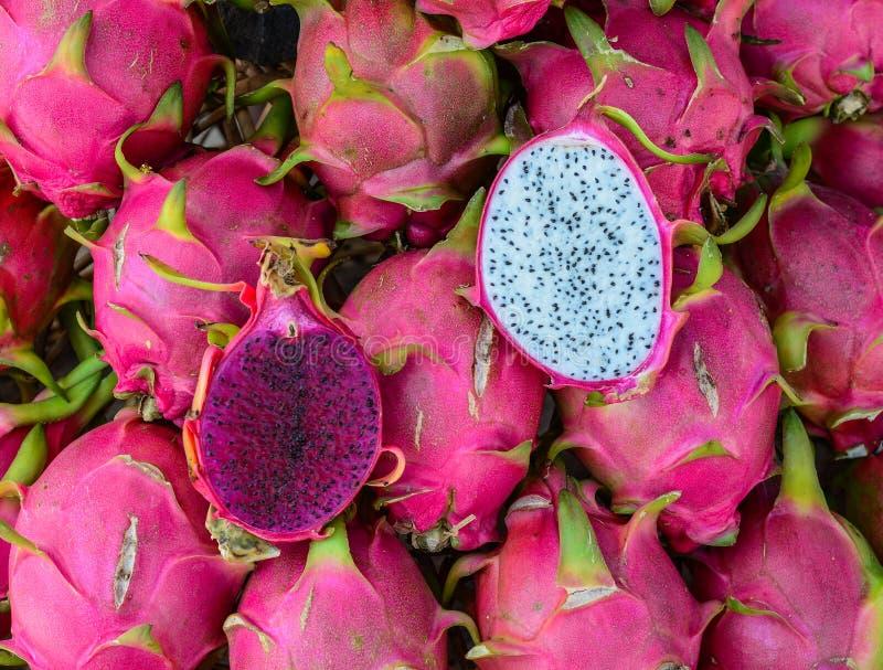 Draken b?r frukt till salu p? den lantliga marknaden royaltyfri fotografi
