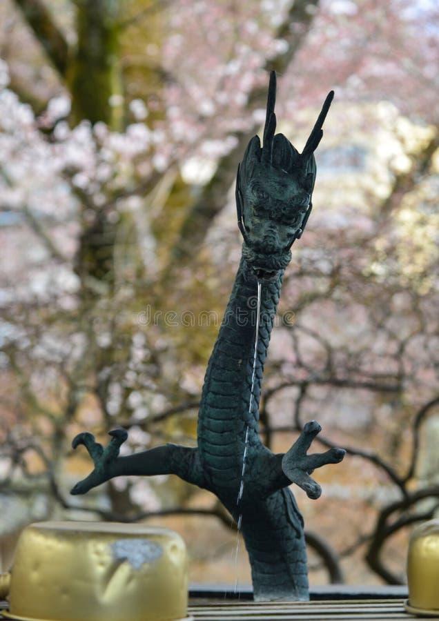 Draken brons statyn av den forntida springbrunnen royaltyfria bilder