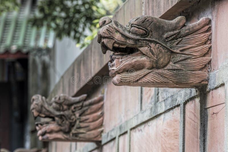 Draken die de Qingyang-Tempel in Chengdu, China verfraaien stock foto