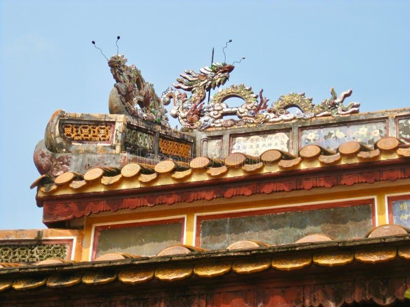 Draken op het dak van een tempel in Vietnam stock afbeeldingen