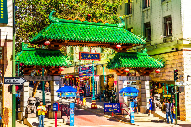 Drakenpoort op Grant Avenue bij Bush-Straat in Chinatown De oudste Chinatown in Noord-Amerika en de grootste Chinese gemeenschap stock foto's