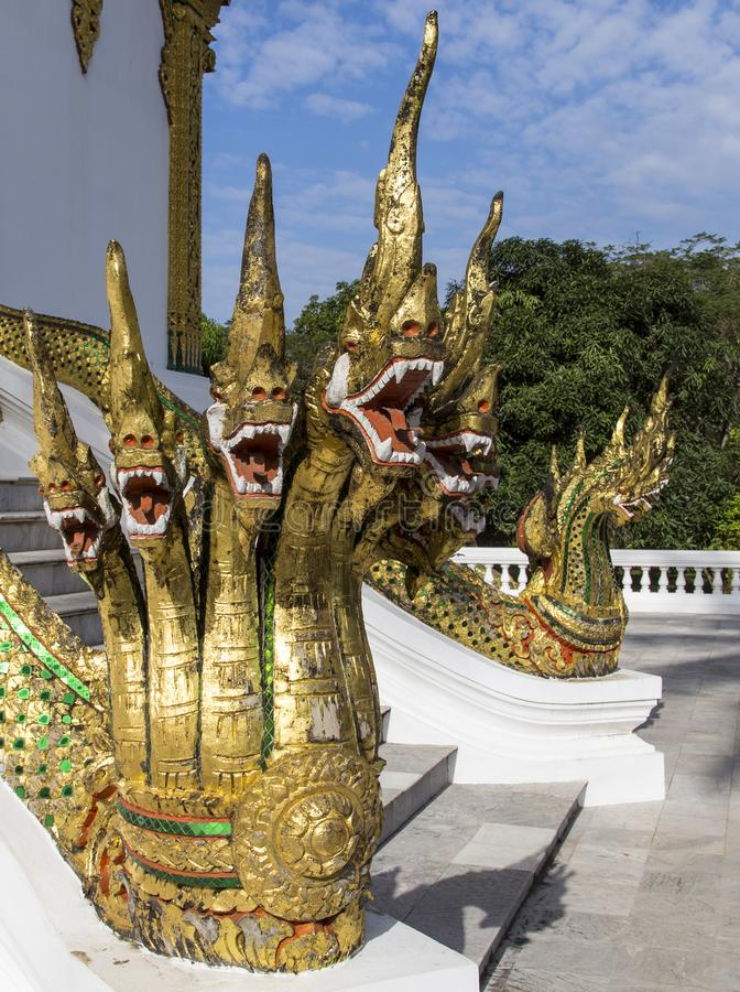 Drakeskulptur i slotten, luangprabang, Laos royaltyfria foton