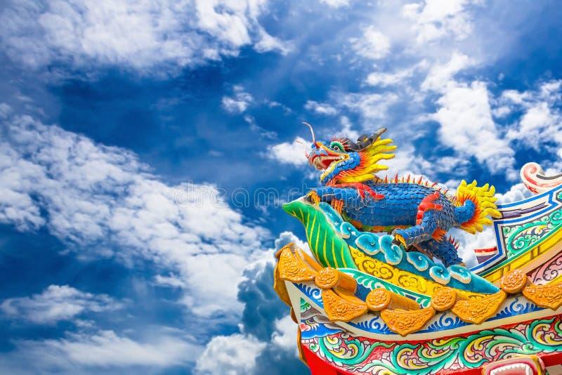 Drakestaty för kinesisk stil med blå himmel arkivbild