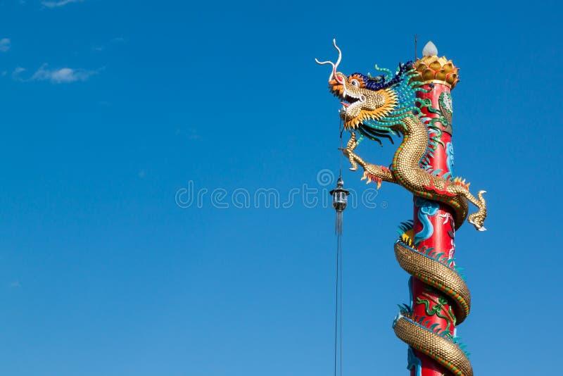 Drakestaty för kinesisk stil med blå himmel i tempel royaltyfri bild