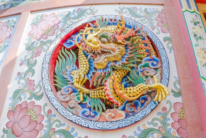 Drakestaty för kinesisk stil på en tempelvägg i Thailand fotografering för bildbyråer