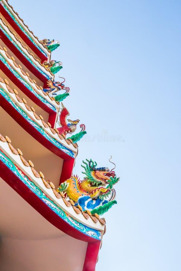 Drakestaty för kinesisk stil på porslintempeltaket med blå himmel royaltyfri bild