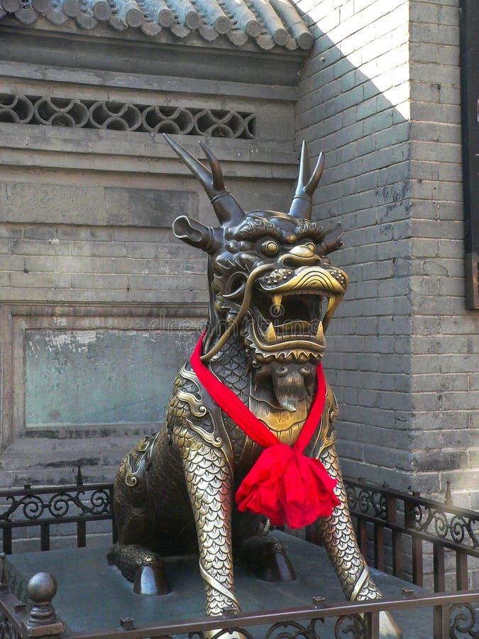 Drakestaty i en kinesisk tempel royaltyfria foton