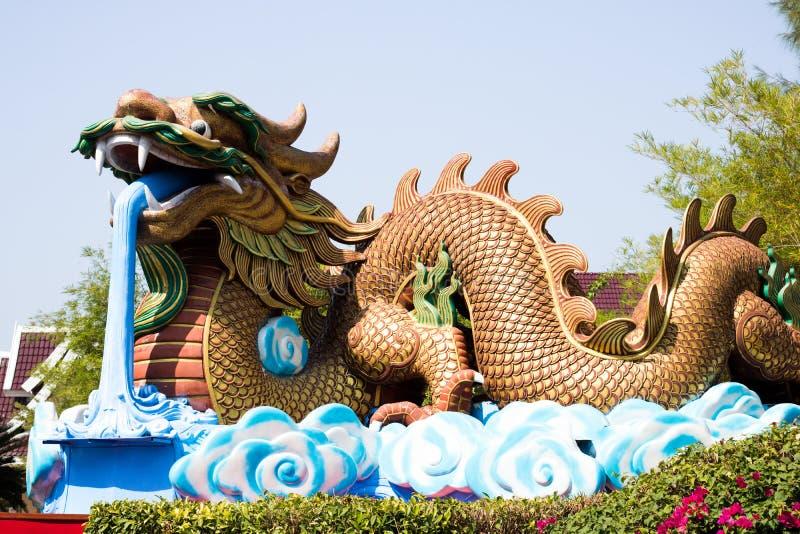 Drakestaty på bakgrund för blå himmel royaltyfri bild