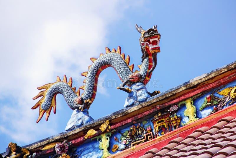 Drakestaty på tempeltak royaltyfri foto