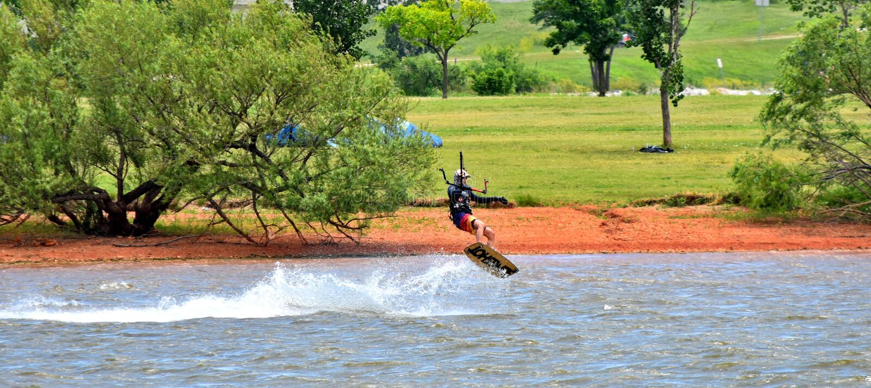 Drakevattenskidåkare på sjön Hefner i oklahoma city royaltyfri fotografi