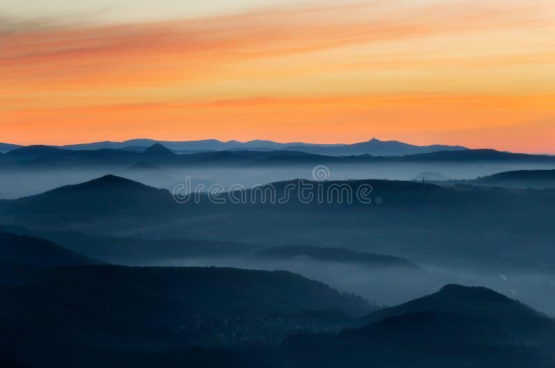 Dramático amanecer sobre hermosos picos de montaña Decinsky Sneznik, República Checa fotografía de archivo libre de regalías