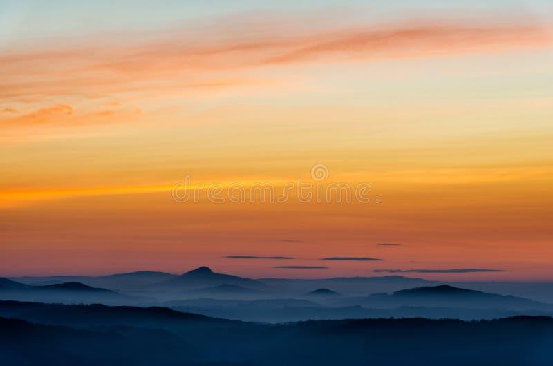 Dramático amanecer sobre hermosos picos de montaña Decinsky Sneznik, República Checa foto de archivo