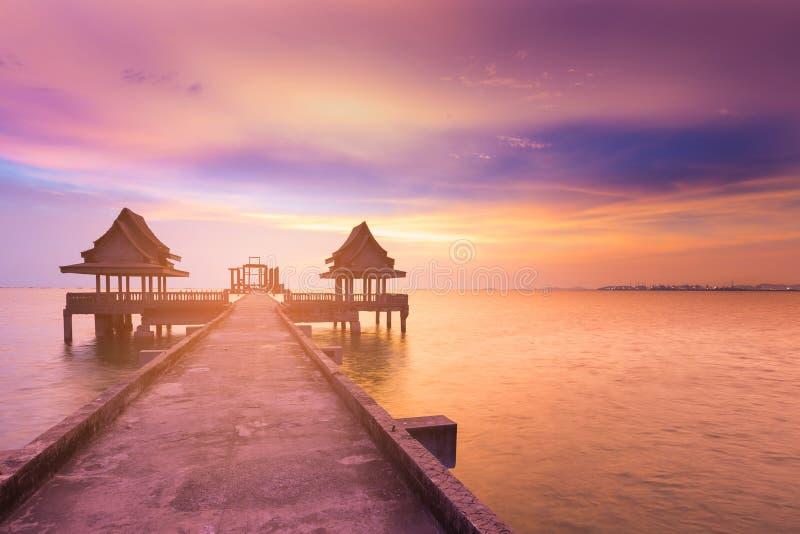 Dramático após o céu do por do sol com trajeto de passeio fotografia de stock