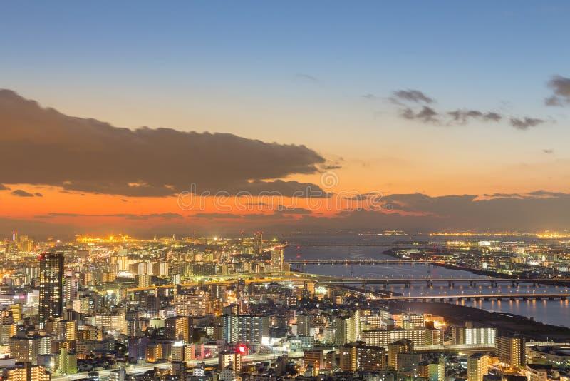 Dramático após o céu do por do sol sobre Osaka imagem de stock