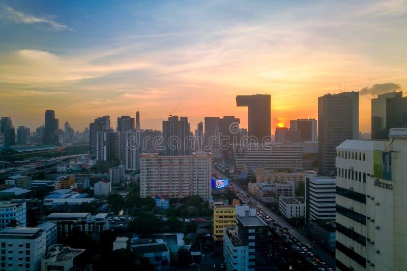 Dramático ou por do sol do centro da cidade em Banguecoque, Tailândia, Ásia fotos de stock