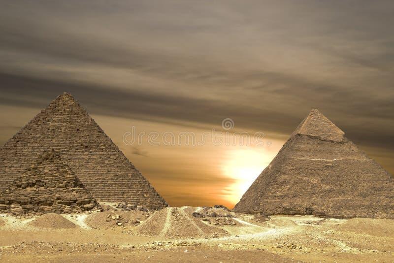 Drama do por do sol das pirâmides fotografia de stock royalty free