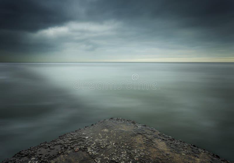 Drama en el cielo en minimalismo fotos de archivo