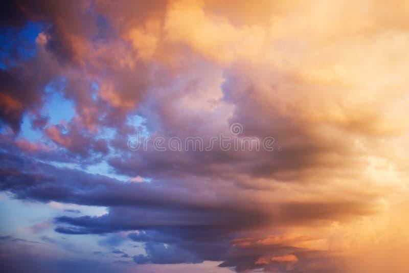 Drama grande en el cielo después de una tempestad de truenos stock de ilustración