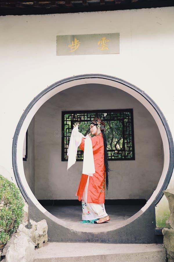 Drama-Spielkleid orientalischer Schauspielerin Aisa chinesischer Opern-Kostüm-Pavillongarten Chinas Pekings Peking führen traditi stockfotografie