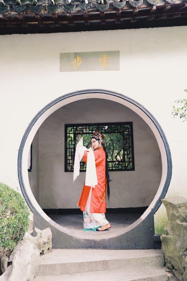 Drama-Spielkleid orientalischer Schauspielerin Aisa chinesischer Opern-Kostüm-Pavillongarten Chinas Pekings Peking führen traditi lizenzfreies stockbild