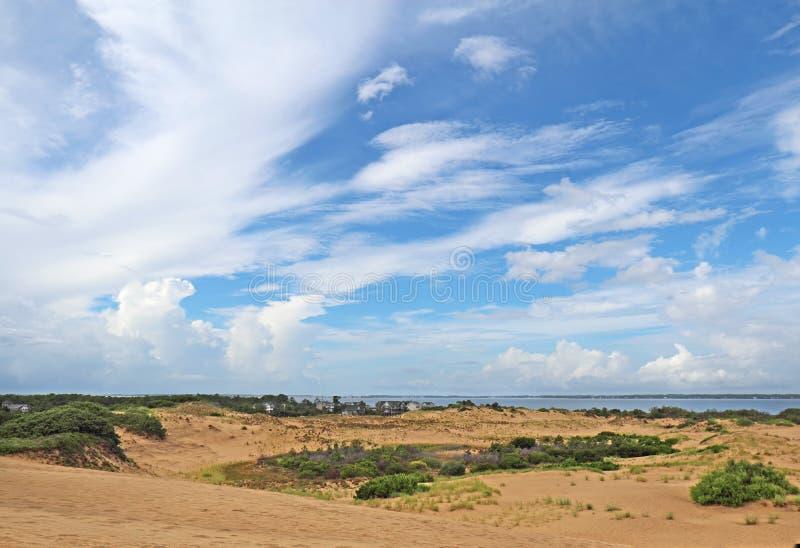 Dramatc-Wolken und Sanddünen angesehen von den Jockeys Ridge State Pa stockfotos