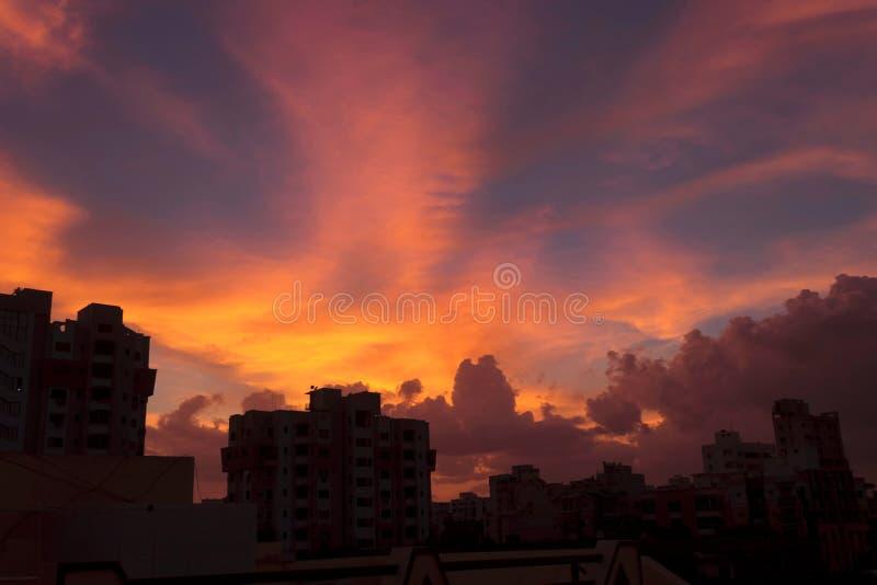 Dramatic city sky view med vackra färger röd orange svart blå i Indien royaltyfri fotografi