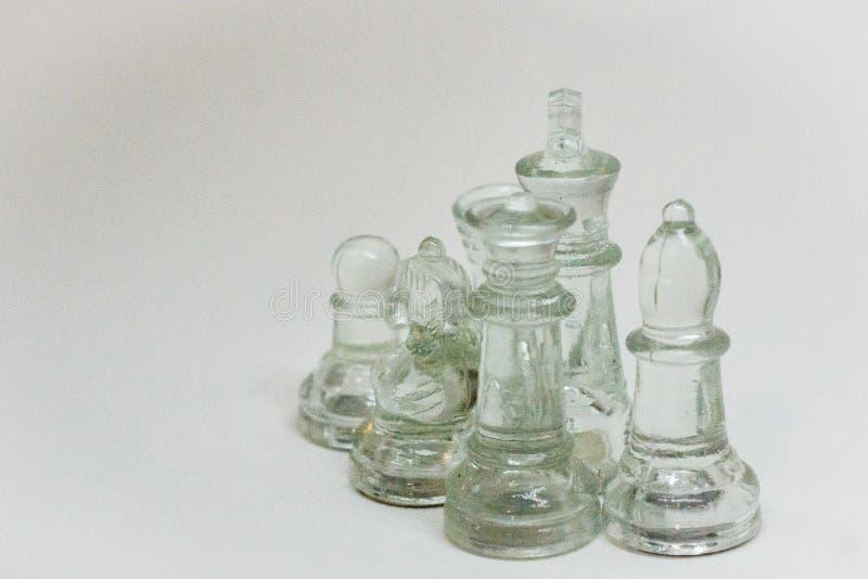 Dramatique, pièces d'échecs sur un fond blanc image stock