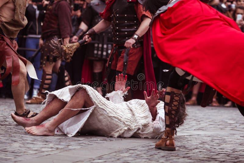 Dramatisation de Jesus Christ Crucifixion por atores imagem de stock