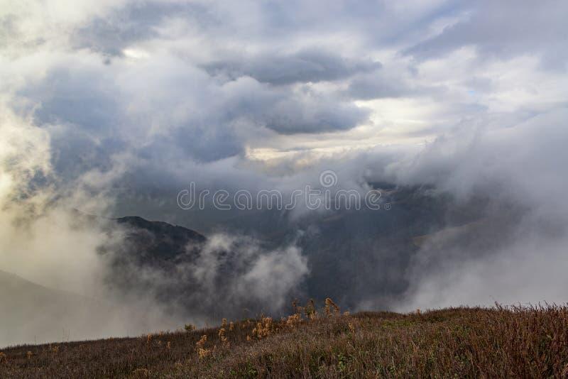 Dramatisch alpien landschap met regenwolken onder de berg royalty-vrije stock afbeeldingen