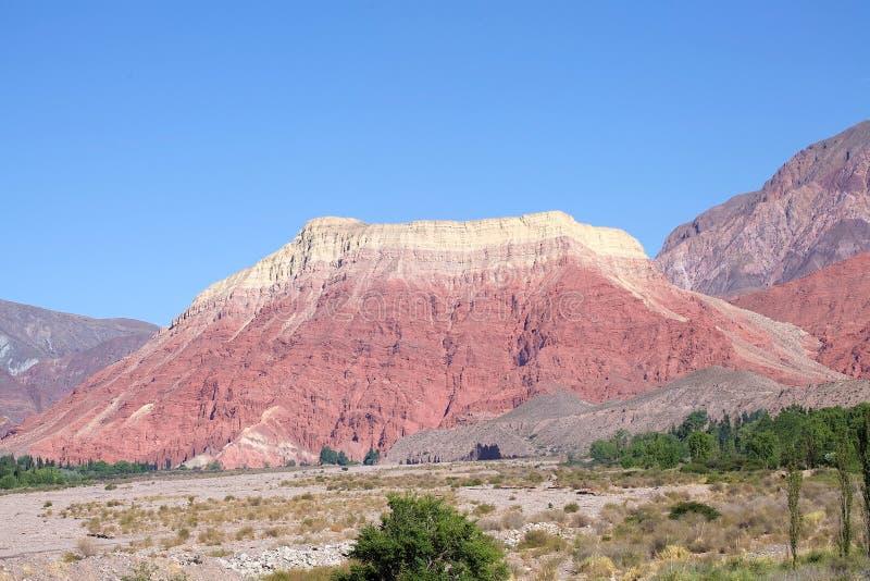 Dramatisch bergachtig landschap dichtbij Uquia in Jujuy-Provincie, Argentinië royalty-vrije stock afbeelding