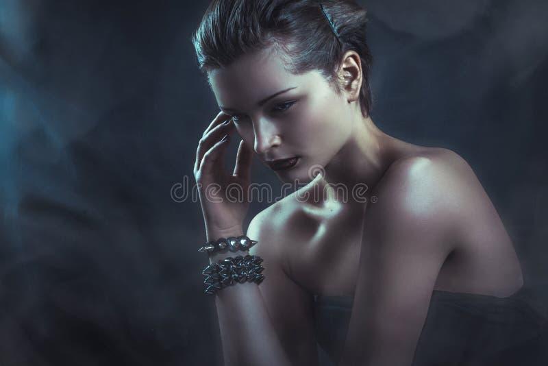 Dramatisch donker portret van jonge aantrekkelijke vrouw in rookwolken royalty-vrije stock afbeeldingen
