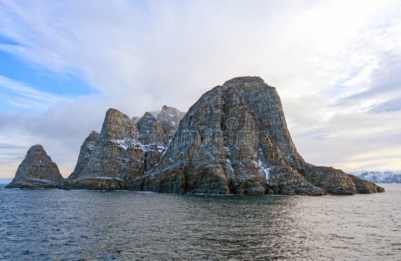Download Dramatisch Eiland In Het Hoge Noordpoolgebied Stock Foto - Afbeelding bestaande uit monolith, ongebruikelijk: 107706288