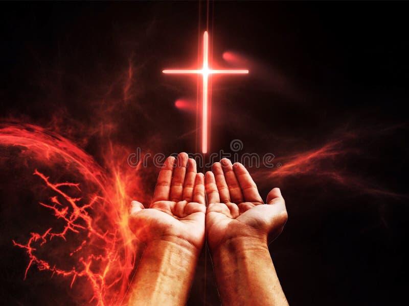 Dramatisch godsdienstig achtergrondhelkoninkrijk, heldere bliksem in donkerrode apocalyptische hemel, oordeeldag stock afbeeldingen