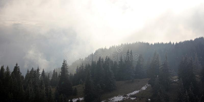 Dramatisch mistig landschap in de bergen royalty-vrije stock afbeelding