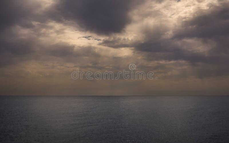 Dramatisch oceaanlandschap stock afbeelding