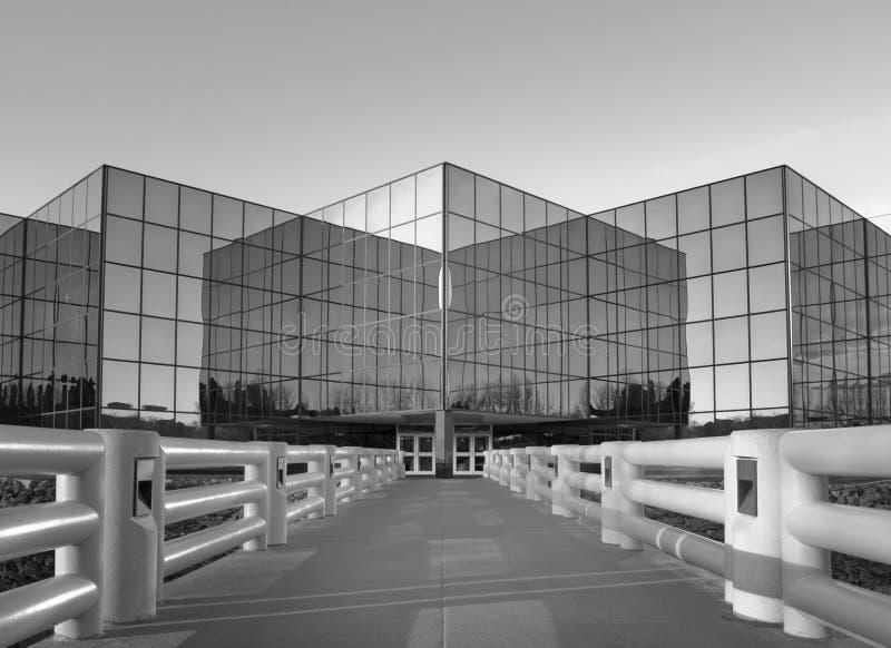 Dramatisch perspectief van de moderne bouw van het bureau for Moderne bouw