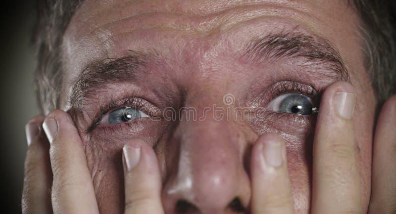 Dramatisch portret van de jonge mens met het expressieve ogen schreeuwen wanhopig in vrees en verschrikking die bezorgd en gedepr royalty-vrije stock foto