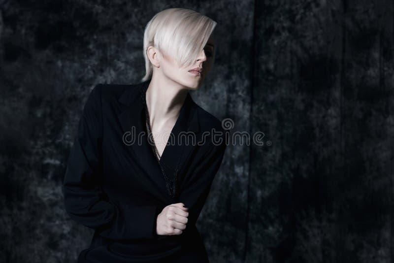 Dramatisch portret van een jonge blondevrouw stock afbeeldingen