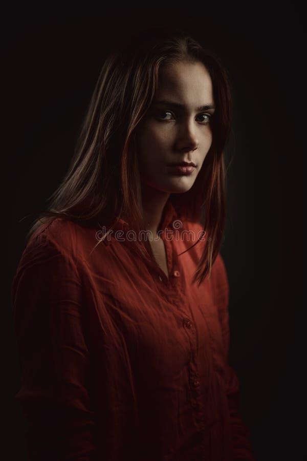 Dramatisch portret van een jonge mooie vrouw stock fotografie