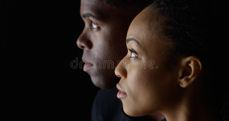 Dramatisch profiel van mens en vrouw die omhoog de kijken royalty-vrije stock fotografie