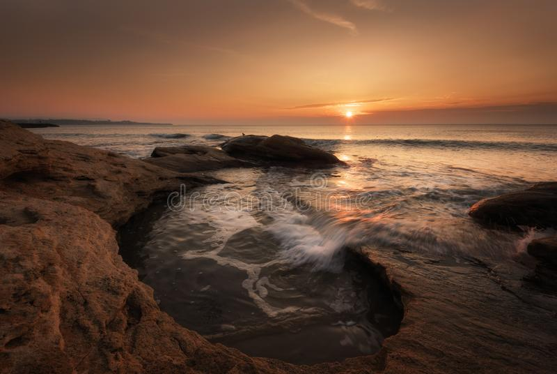 Dramatische aardachtergrond - grote golven en donkere rots in stormachtige overzees, stormachtig weer Dramatische scène Tegenover stock fotografie