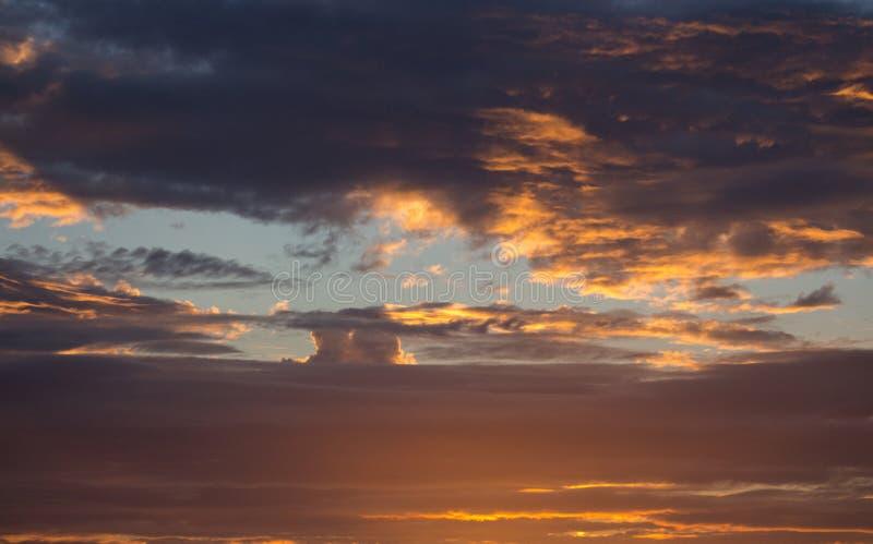 Dramatische avondhemel backgound Gouden zonsonderganghemel Toneelhemel met wolken in het concept van de stofschemering Kleurrijke stock afbeeldingen